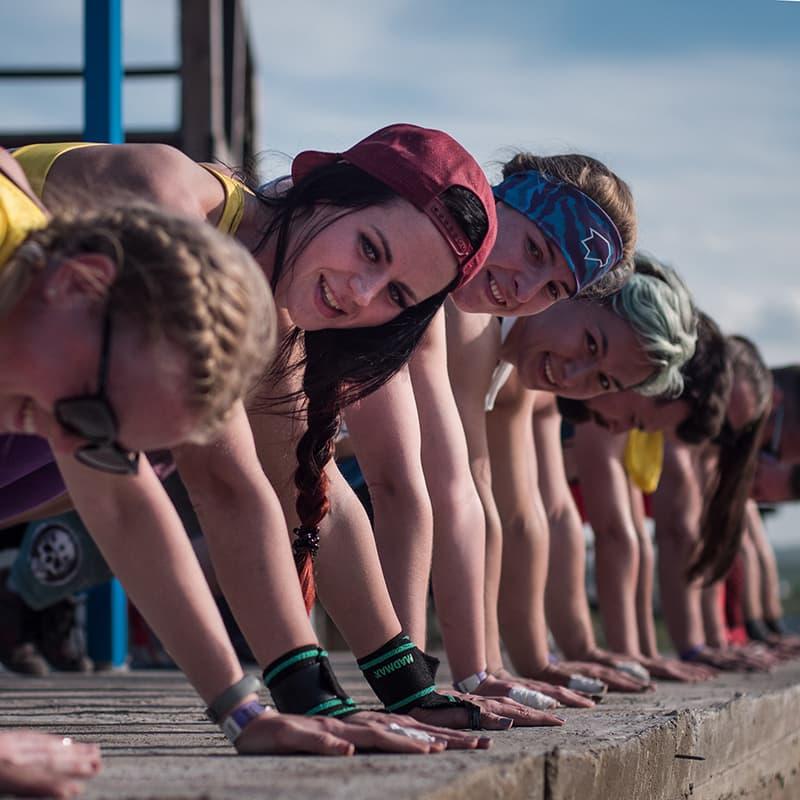 Разминка на тренировке по кроссфиту в летнем кроссфит лагере