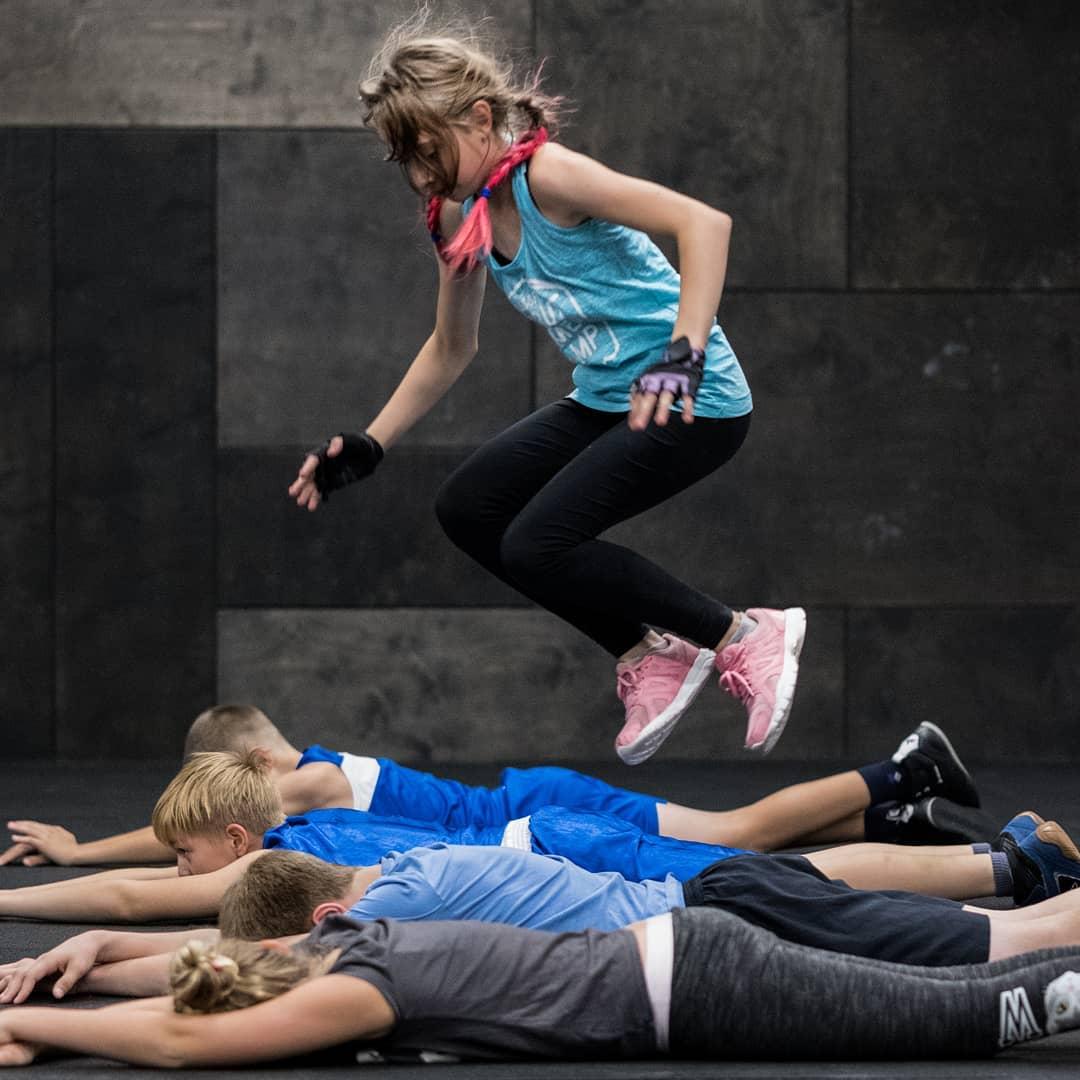 Разминка на тренировке по кроссфиту для детей