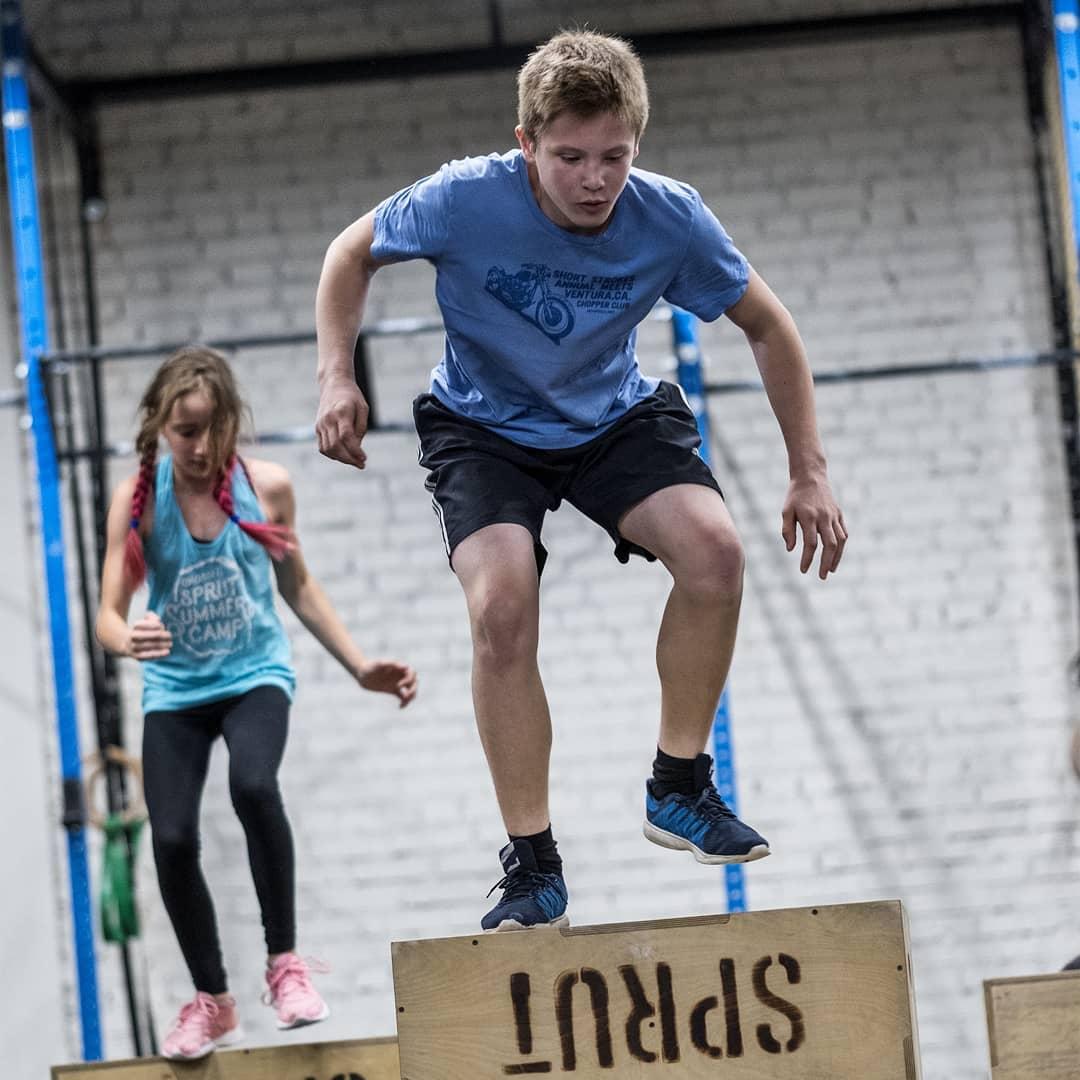 Комплекс упражнений на тренировке по кроссфиту для подростков