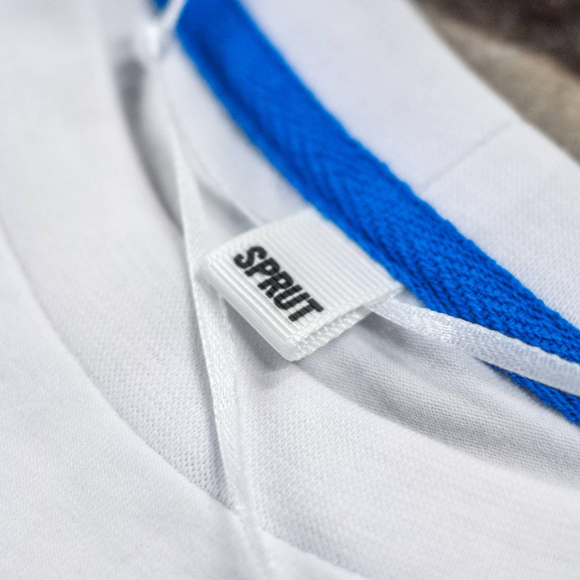 Воротник белой футболки CrossFit Sprut