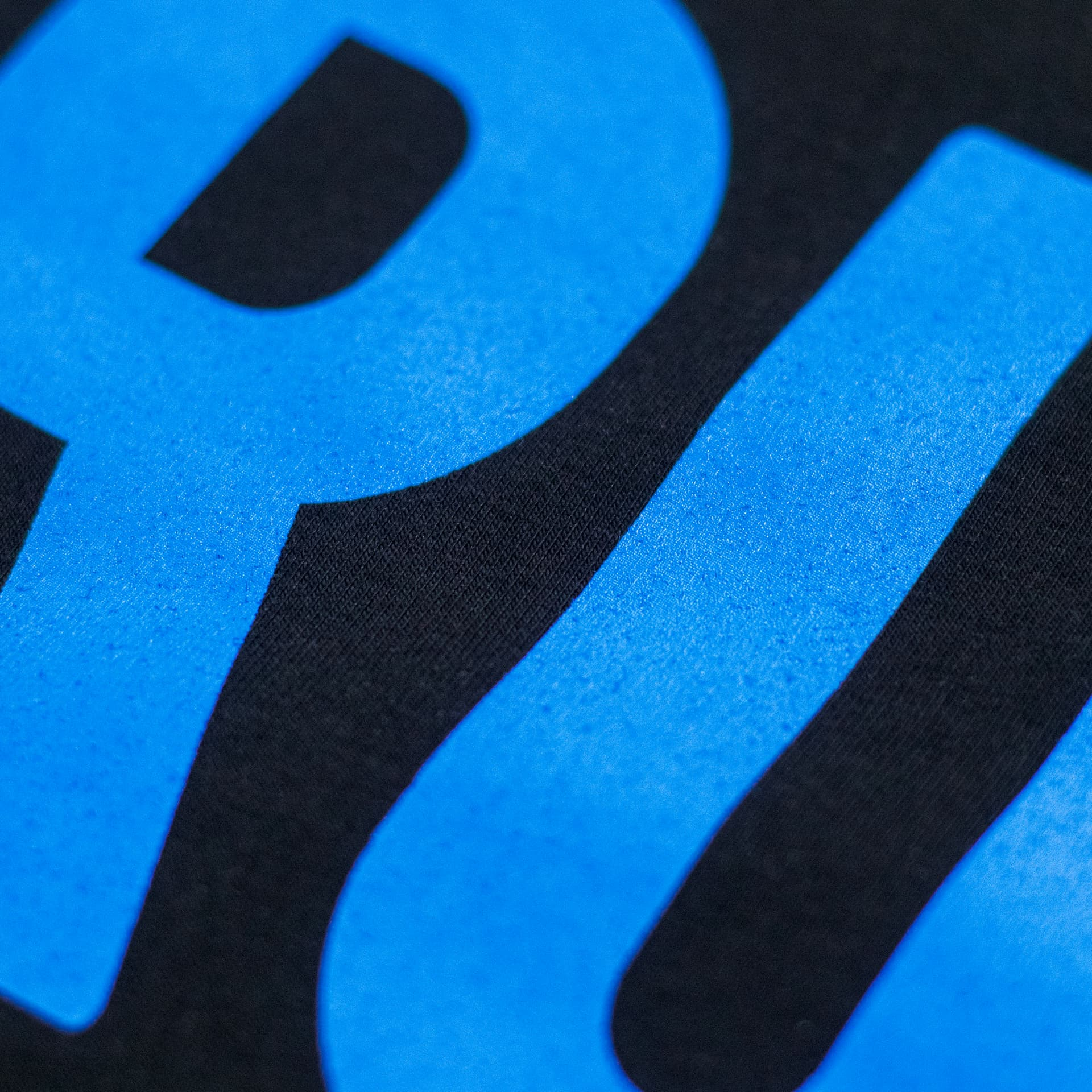 Краска Pantone на чёрной футболке CrossFit Sprut