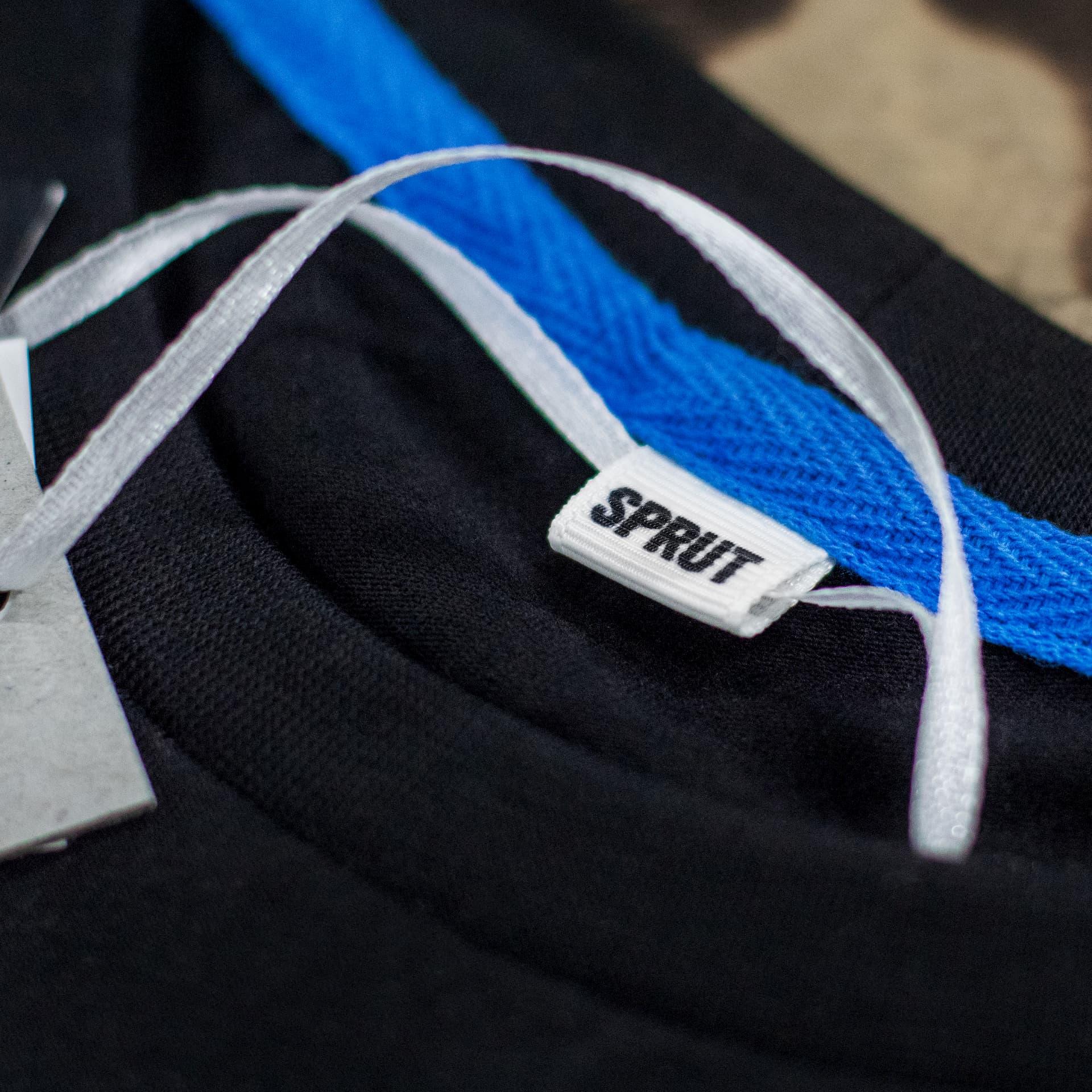 Воротник чёрной футболки CrossFit Sprut