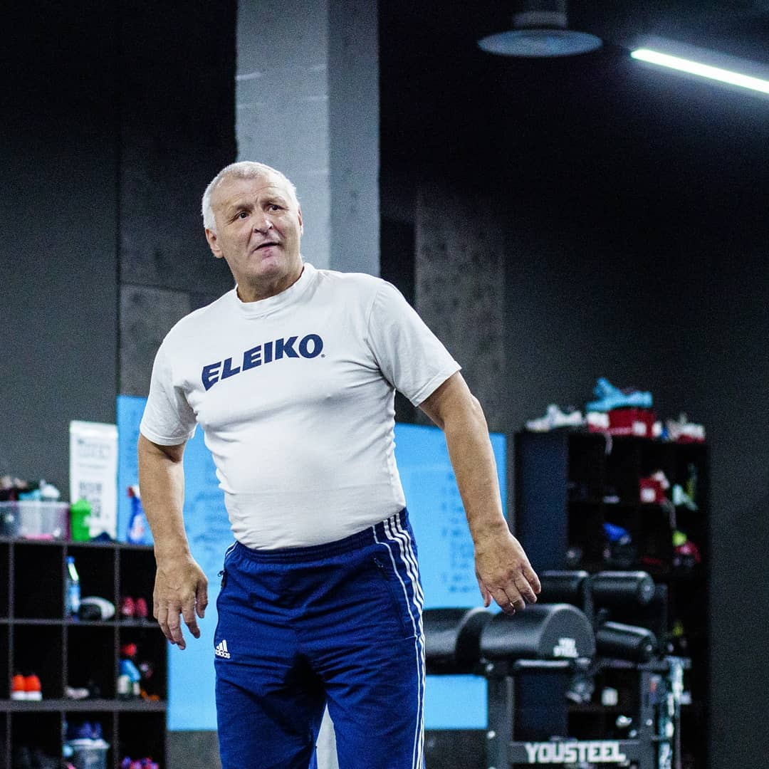 Александр Борисович Попов проводит тренировку по тяжелой атлетике в кроссфит-клубе