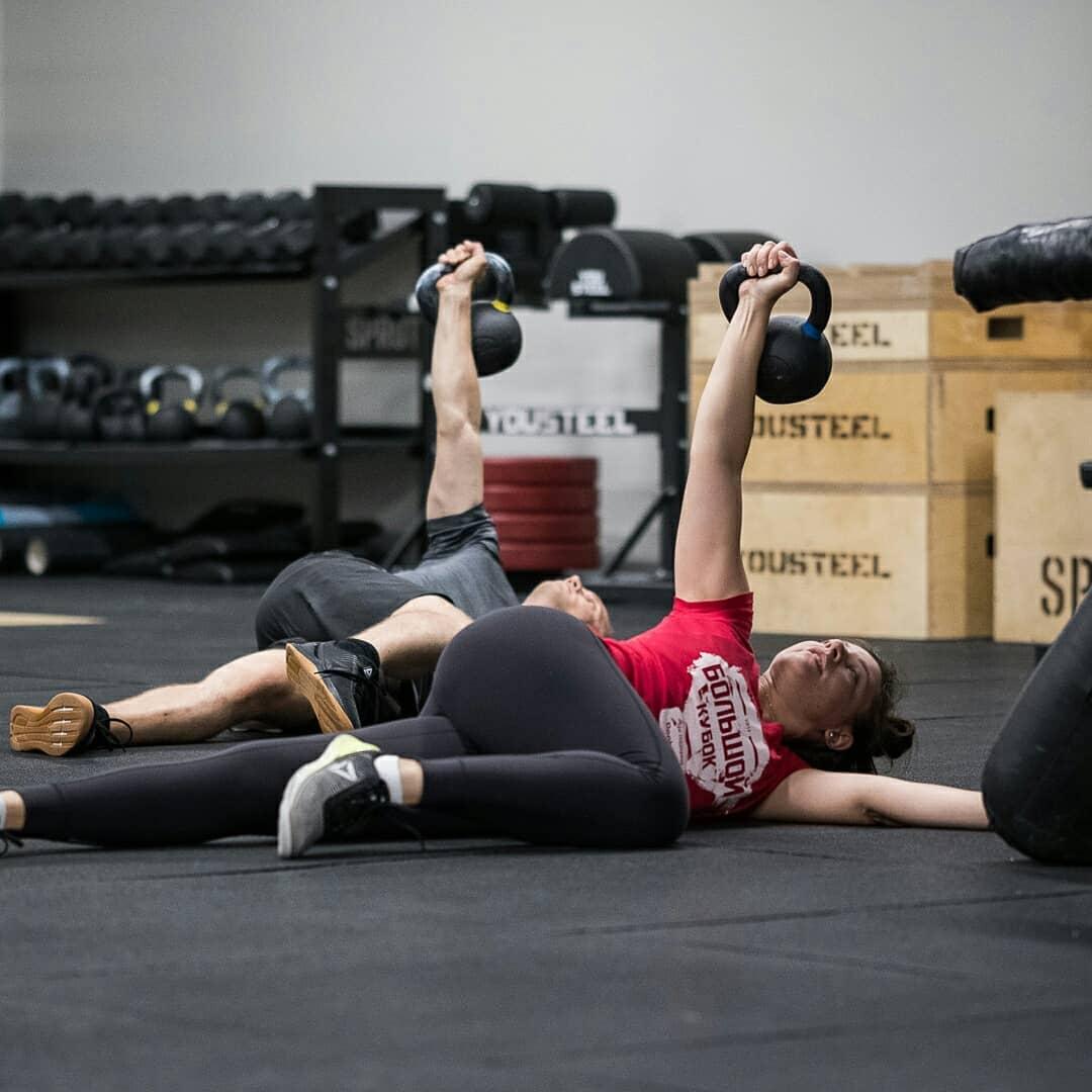 Турецкий подъём с гирей на занятии по гимнастике