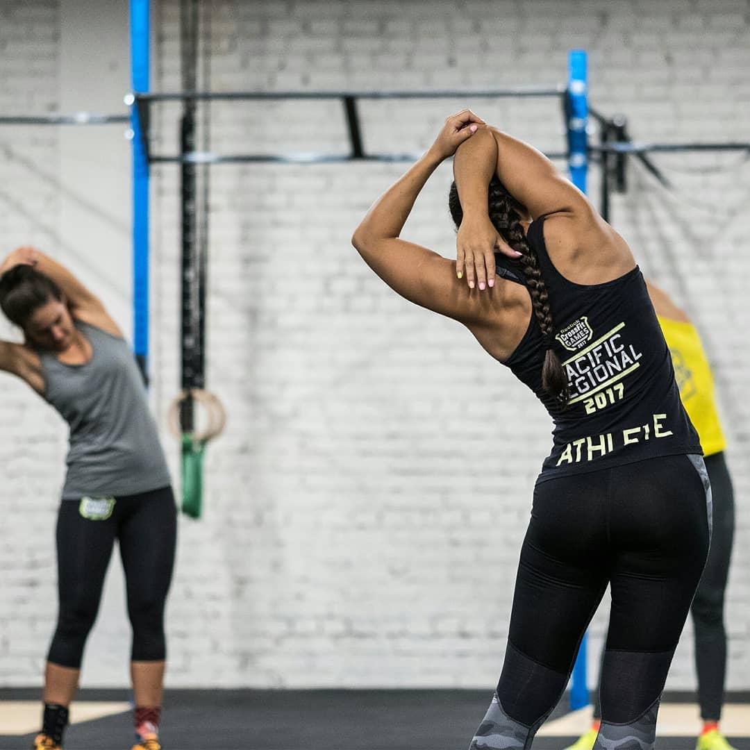 Разминка на тренировке по гимнастике