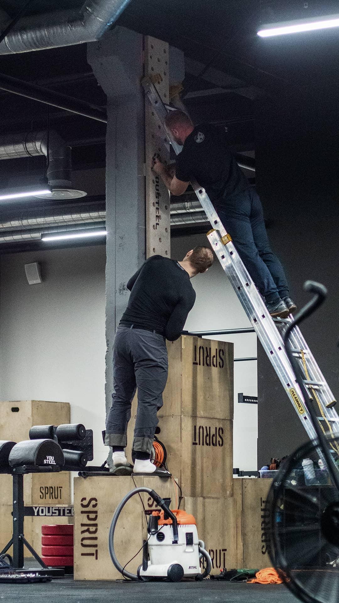 Петя и Вова монтируют пегборд на стену